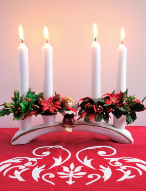Klassisk vit adventsljusstake med fyra ljus