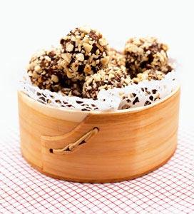 Chokladbollar rullade i nötter