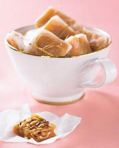 Smörkola med rostade pinjenötter