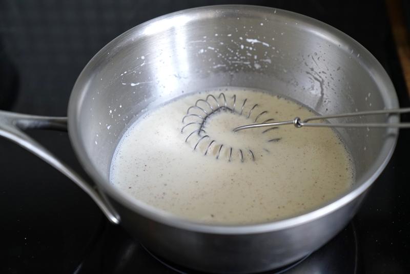 Värm mjölk med vanilj och kryddor